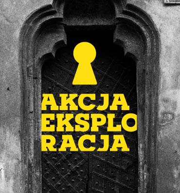 Logotyp dziurki od klucza wkomponowany w czarno-białe zdjęcie bramy