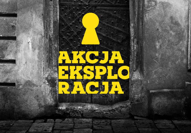 Logotyp dziurki odklucza wkomponowany wczarno-białe zdjęcie bramy