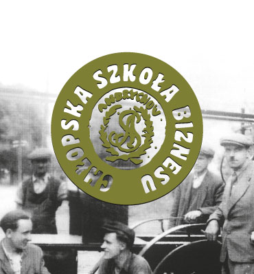 Logotyp Chłopskiej Szkoły Biznesu nałożony na stare czarno-białe zdjęcie z mężczyznami w nakryciach głowy