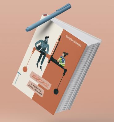 """okładka książki """"Wzajemność (...)"""" z ilustracją dwóch postaci siedzących na wadze"""