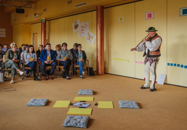 publiczność słucha występu górala grającego nafujarce