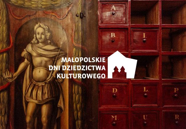 logotyp Małopolskich Dni Dziedzictwa Kulturowego nałożony nazdjęcie szufladek bibliotecznych, obok namalowany nadrewnie wizerunek rycerza