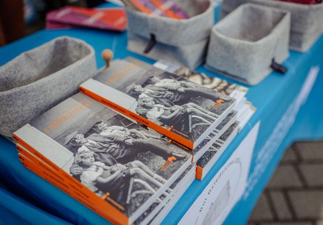 stoisko dni dziedzictwa - m.in.dwa stosy książek MDDK