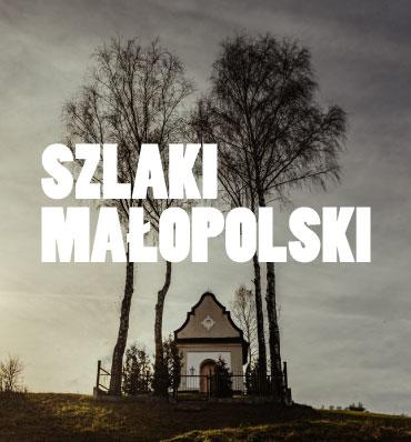Szlaki Małopolski - logotyp nałożony na zdjęcie dwóch drzew i kapliczki pomiędzy nimi