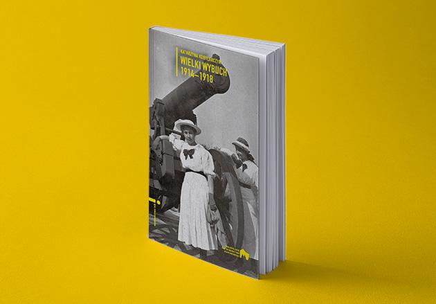 książka z czarno-białą fotografią przedstawiającą kobiety przy armacie na okładce