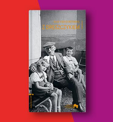 """okładka książki """"Z dreszczykiem"""" z czarno-białą fotografią dwójki dzieci siedzących na ławce z dziadkiem"""